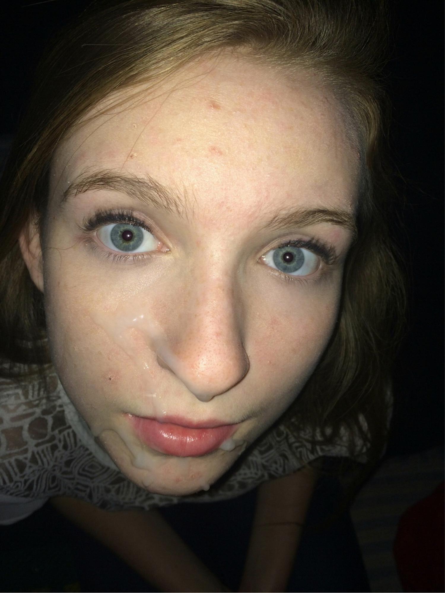18 Летняя студенточка светит голым торсом у себя в квартире