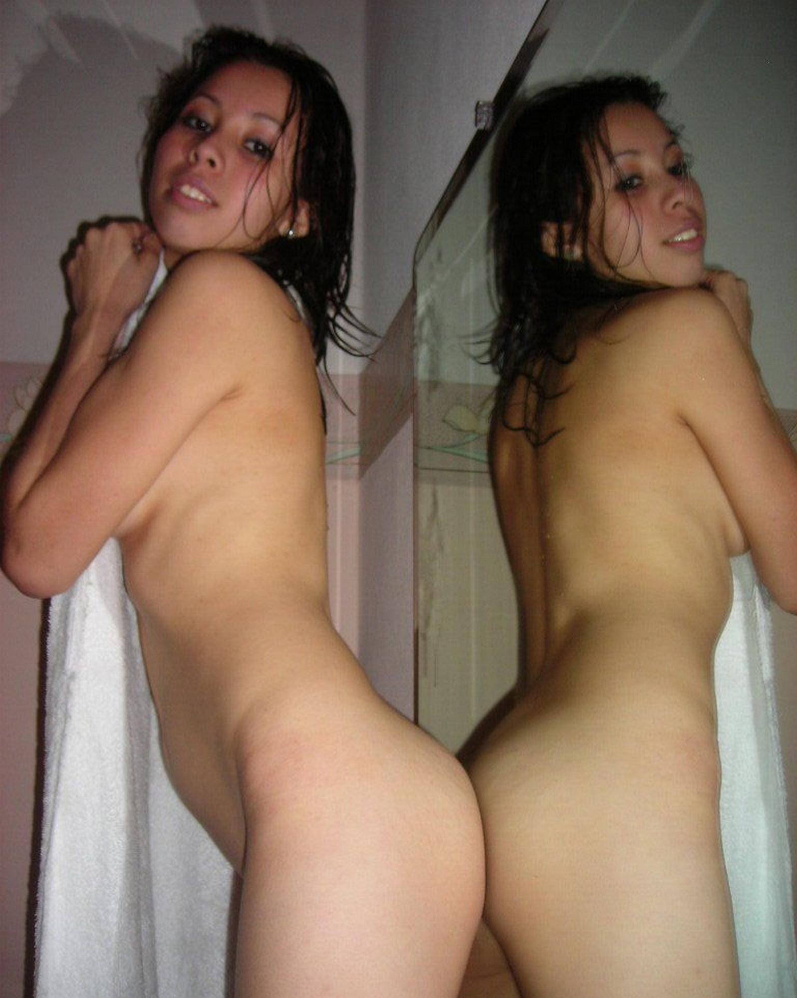 Влажная молодая тёлка с худеньким торсом делает селфи плавая под струями душа секс фото