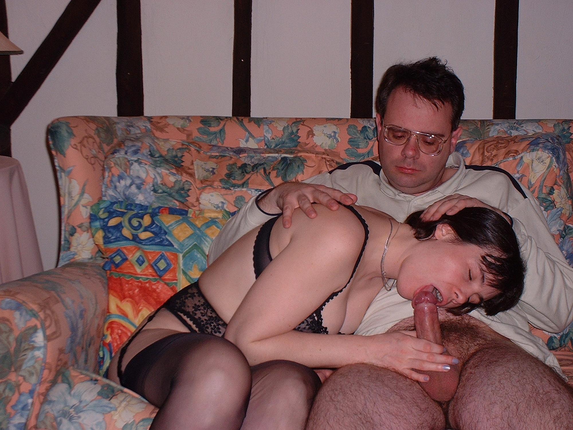 Возрастная мамка с волосами на влагалище предается плотским утехам в частном доме