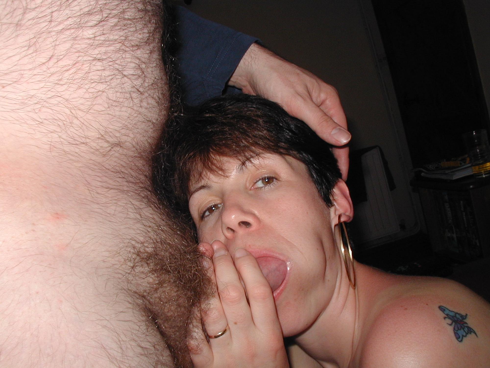 Мамочка с короткой стрижкой демонстрирует грудь и пизду перед объективом мужа