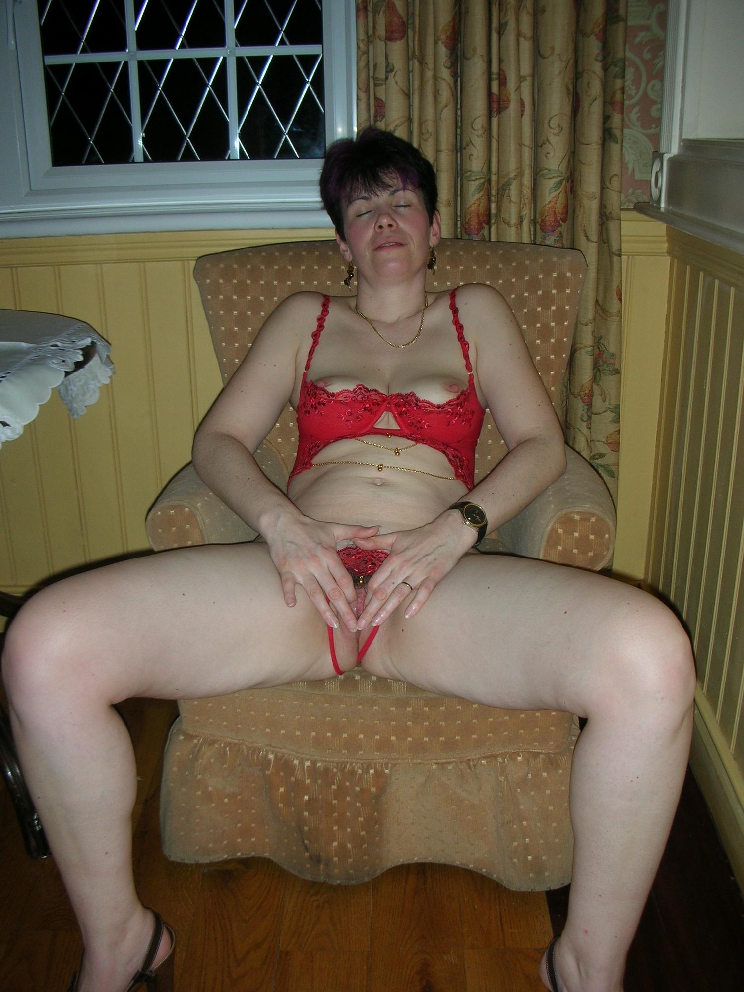 Коротко чистенькая мамаша лижет фаллос супруга в свободное время секс фото