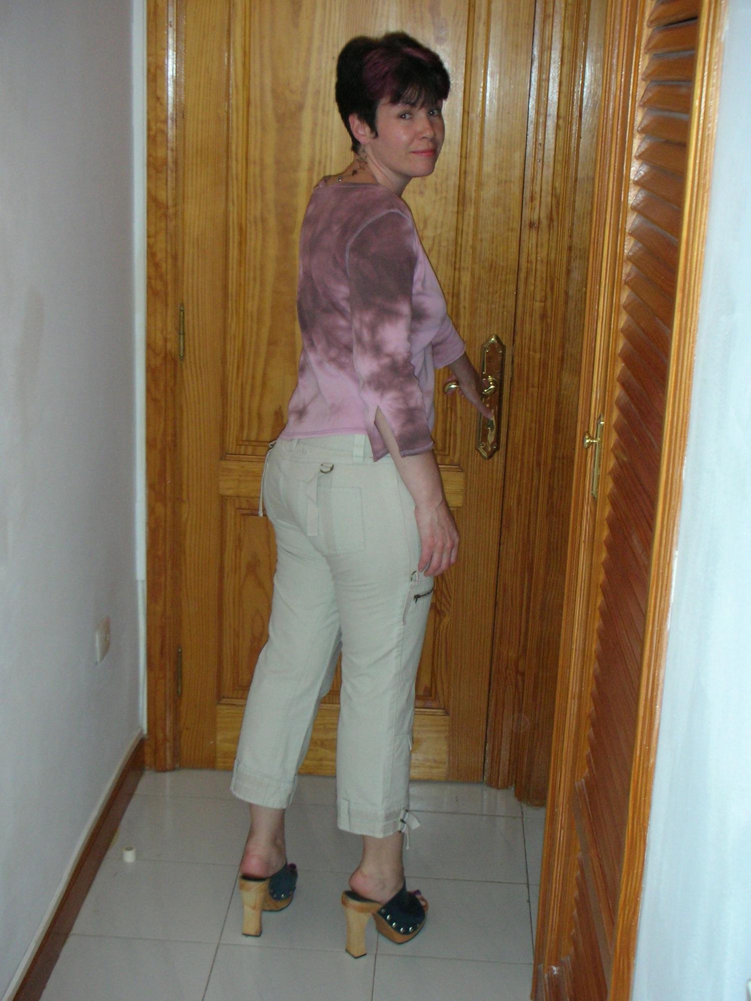 Зрелая тетка показывает дома натуральные титьки и волосатый лобок
