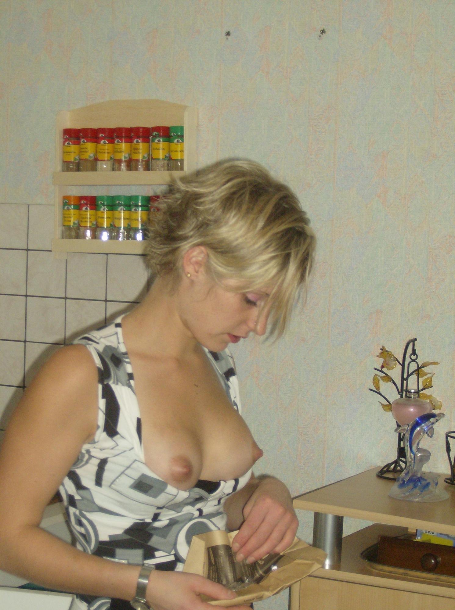 Коротко бритая блондинка в нижнем белье хвастается в постели