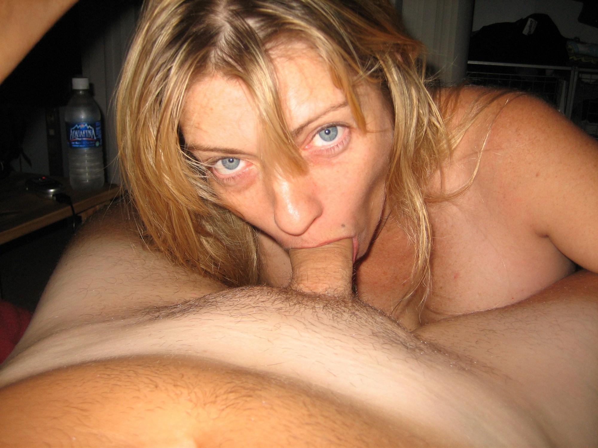 Тридцатилетняя чика с большими грудями позирует туловищем в доме