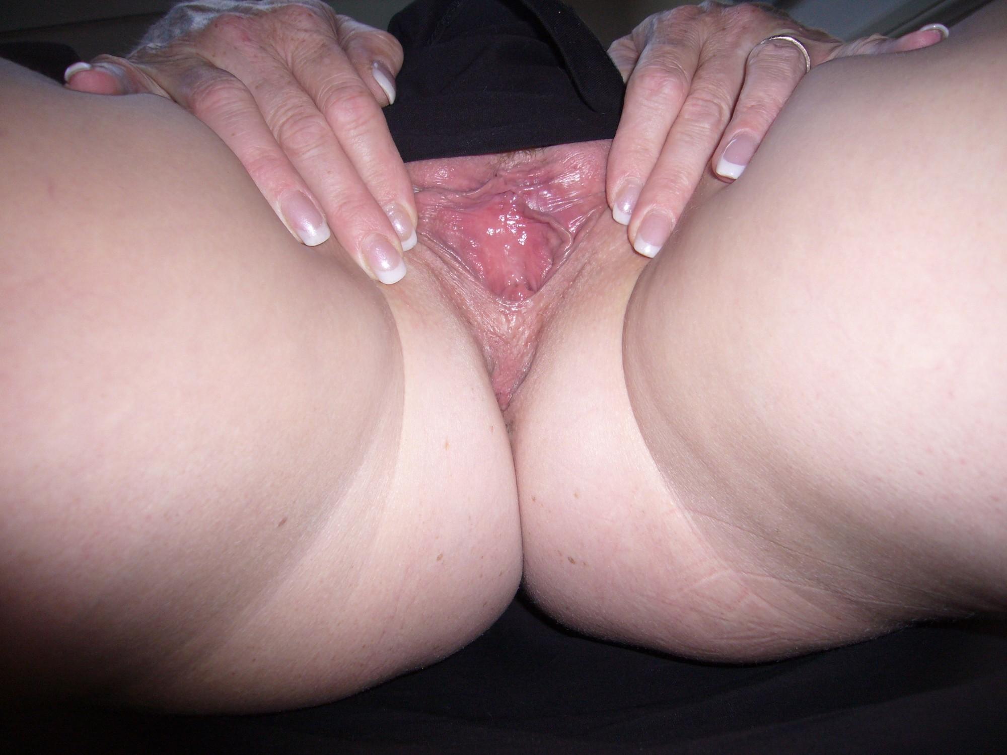 Белокурая мамка растопыривает ножки открывая вид на розовую писю