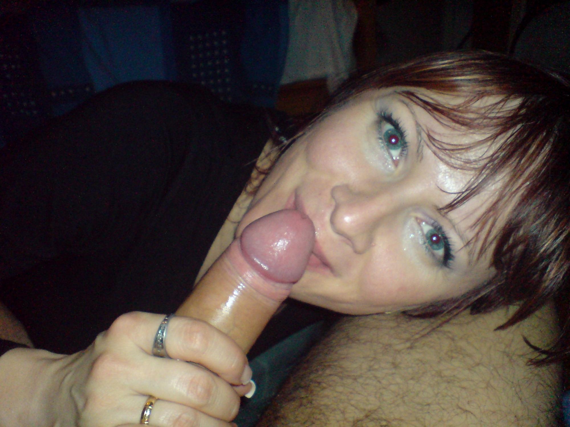 Рыжая жена в квартире вафлит пенис супруга