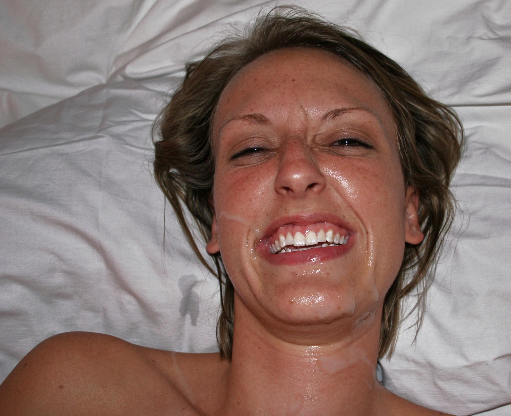 Веселая соска показывает волосатую вагину отвлекаясь от минета