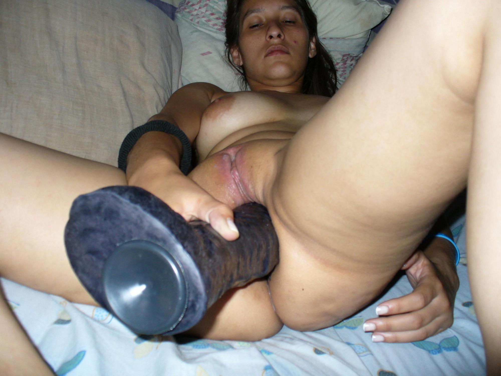 Девушка теребонькает секс в анус и вагину трах игрушками разнообразных размеров