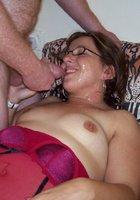 У себя дома медсестра в очках получает на лицо сперму 20 фотография