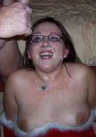 У себя дома медсестра в очках получает на лицо сперму 4 фотография