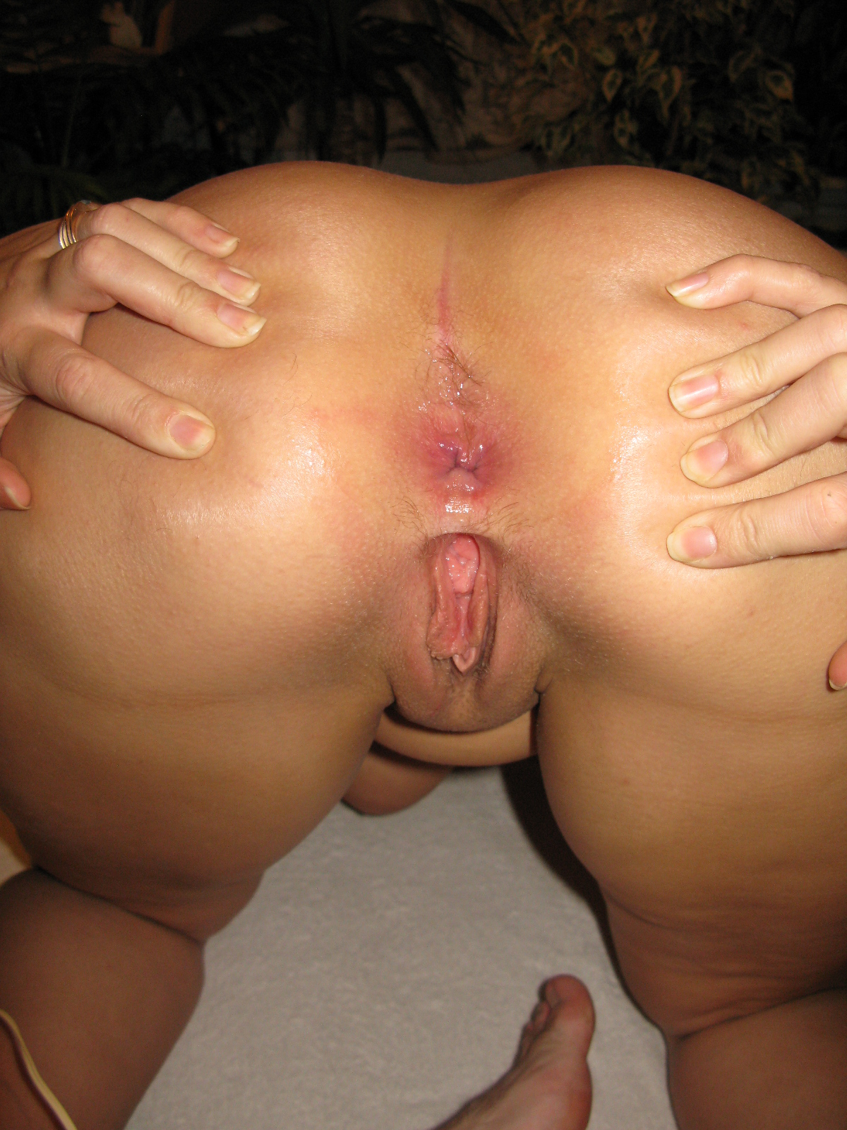 Раздвигая ноги дома блондинка бахвалится розовую манду секс фото