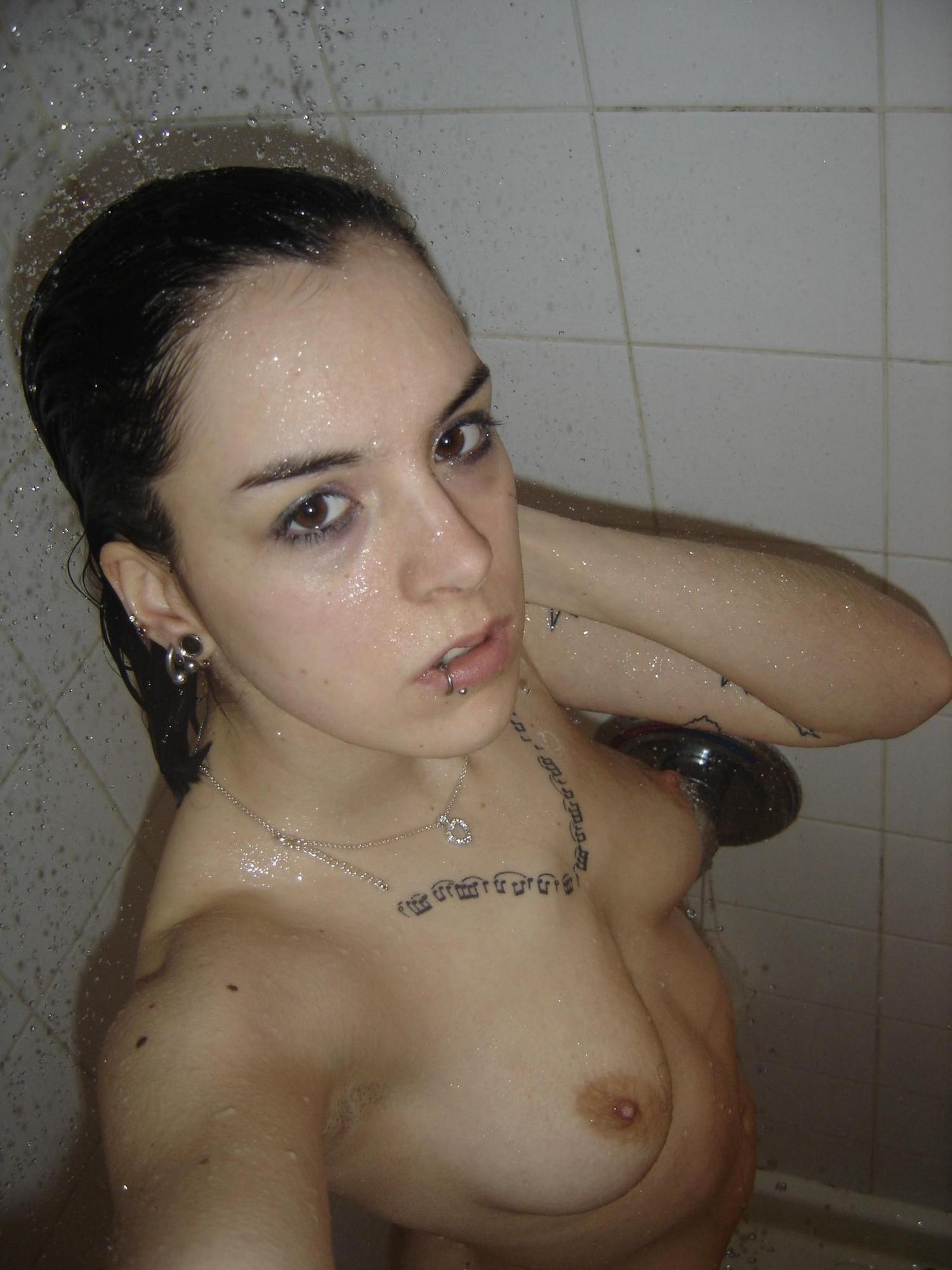 Красавица с татуировками на теле на кухне делает ню селфи секс фото