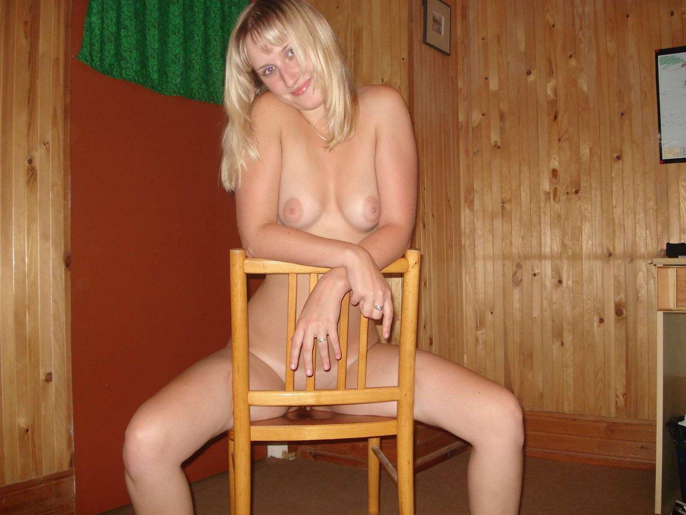 Полностью голая модель со свелыми волосами в квартире оголяет грудь и пизду