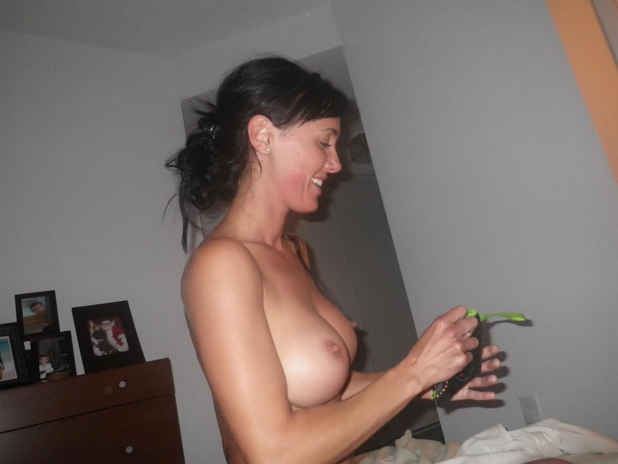 Пьяная брюнетка проветривает силиконовая грудь на балконе