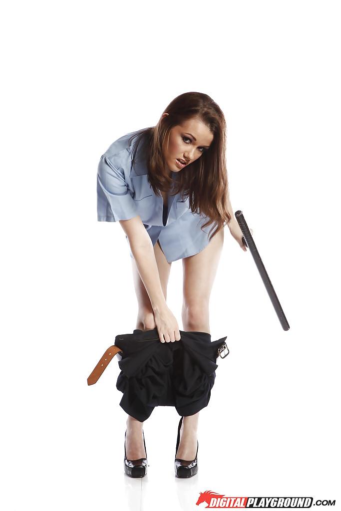 Похотливая полицейская в студии стаскивает с себя униформу