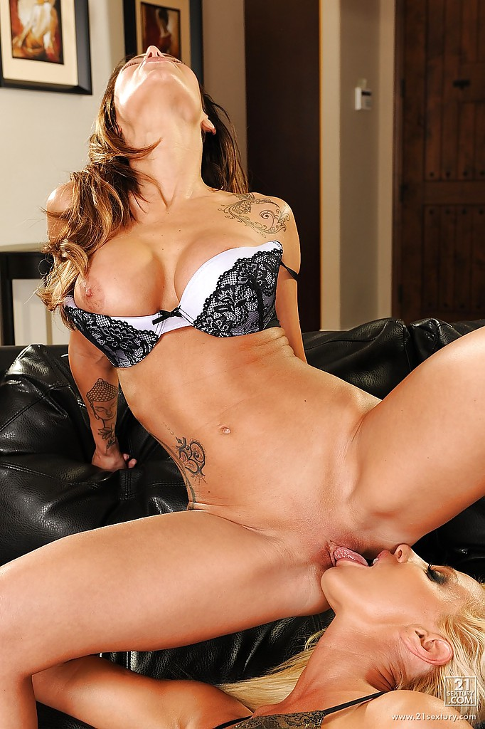 На диване длинноногие лесбиянки ласкают язычками сладкие киски друг дружки