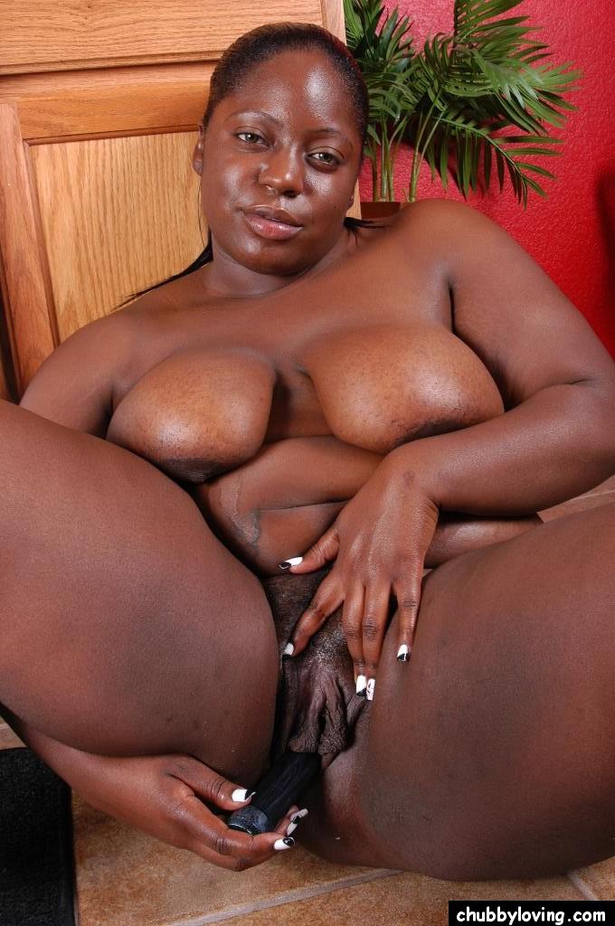 Упитанная негритянка ебёт пизду дилдо сидя на полу секс фото