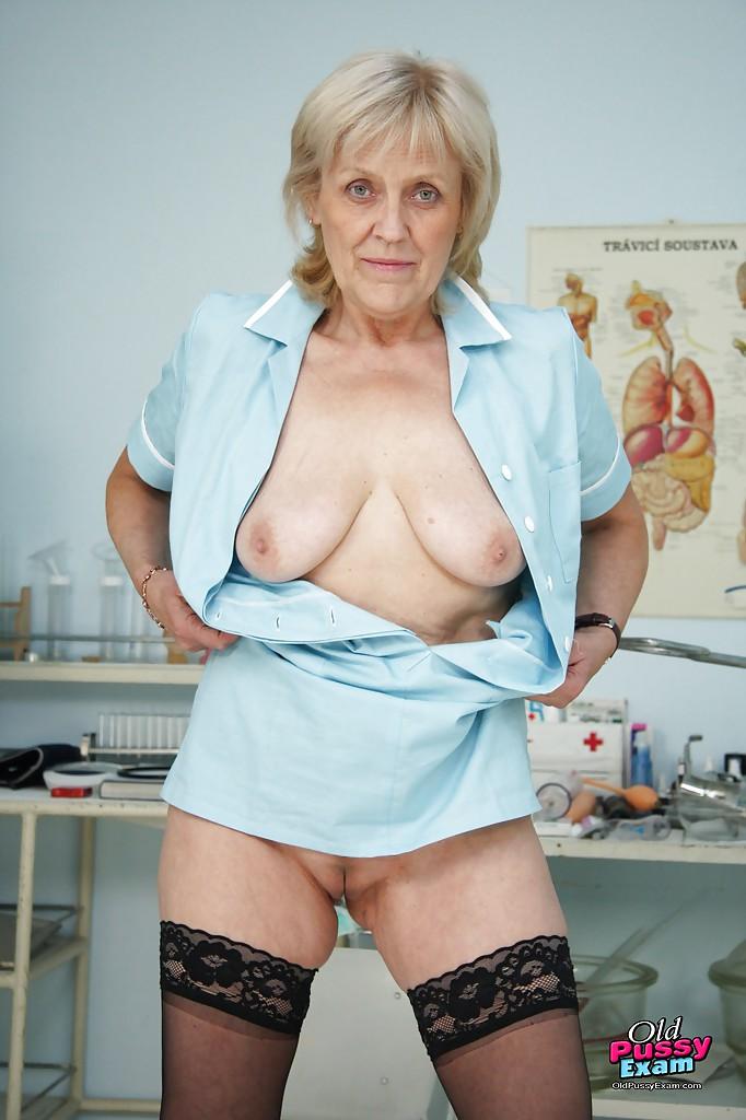 Старая медсестра красуется влагалищем на гинекологическом кресле