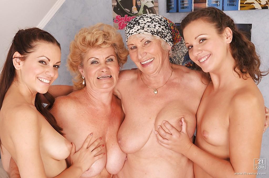 В спальне две молодые чики лижут волосатые письки бабушек