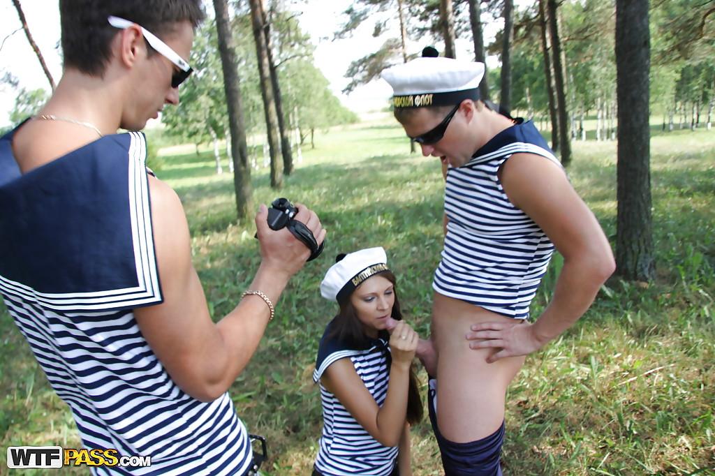 Парень снимает на камеру как морячка сосет его товарищу на природе