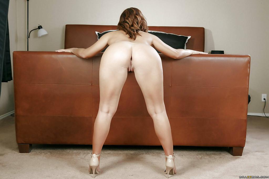 Татуированная девка в спальне сняла с себя эротическое белье