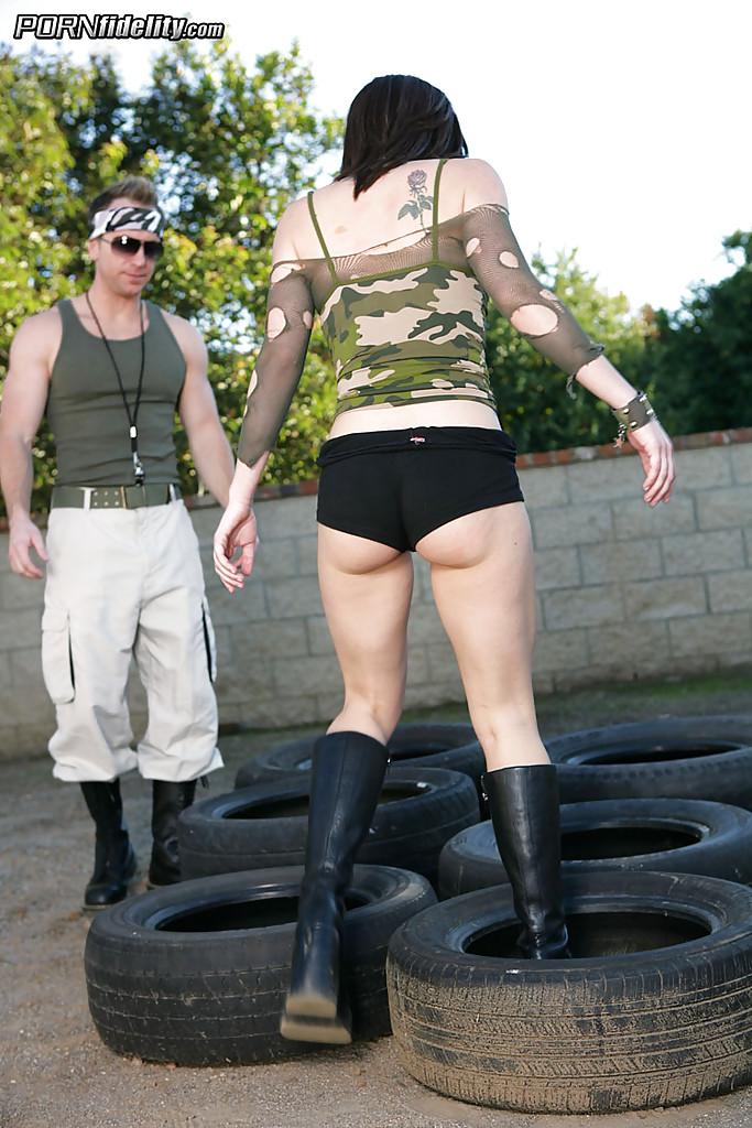Военный тренер в шатре получает минет от солдатки