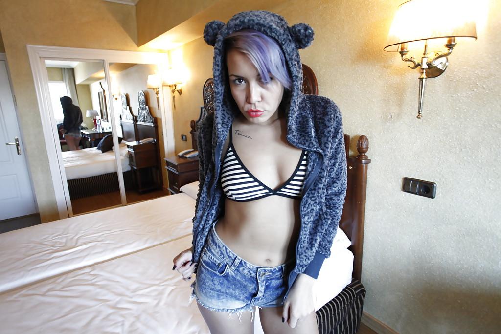 Девка с неформальной прической на кровати снимается сочной попкой секс фото