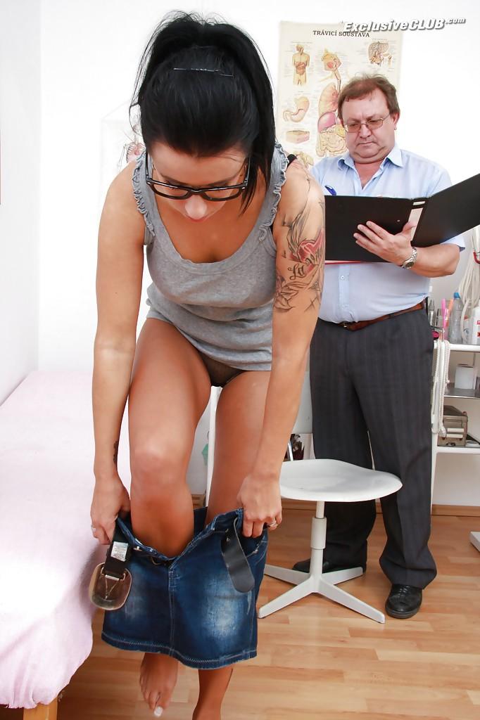 23Летняя цыпочка в очках раздвинула ноги перед гинекологом