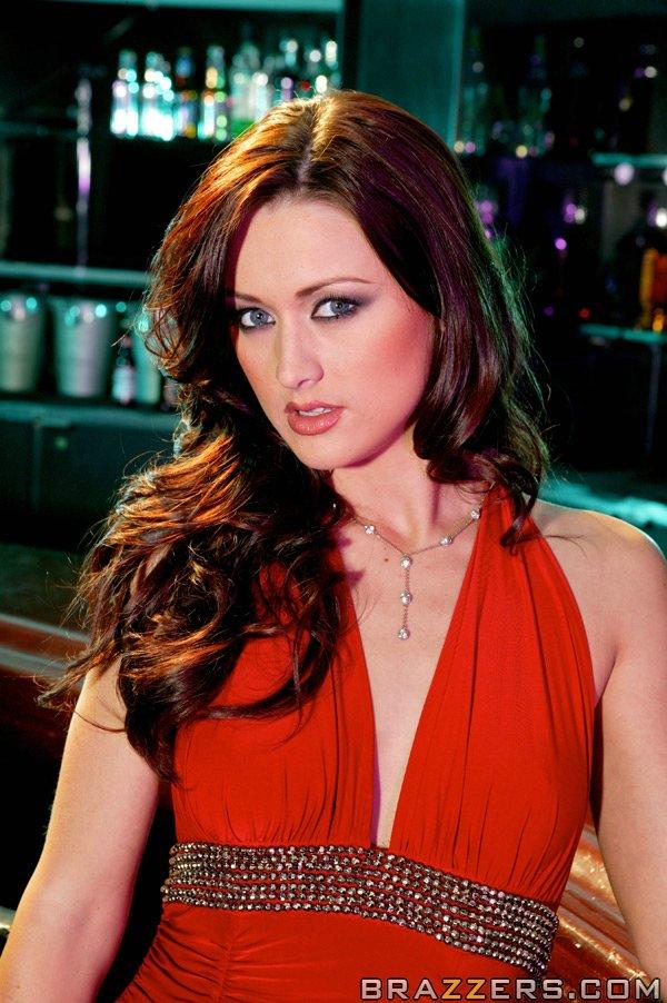 Karlie Montana сняла красное платье стоя у барной стойки