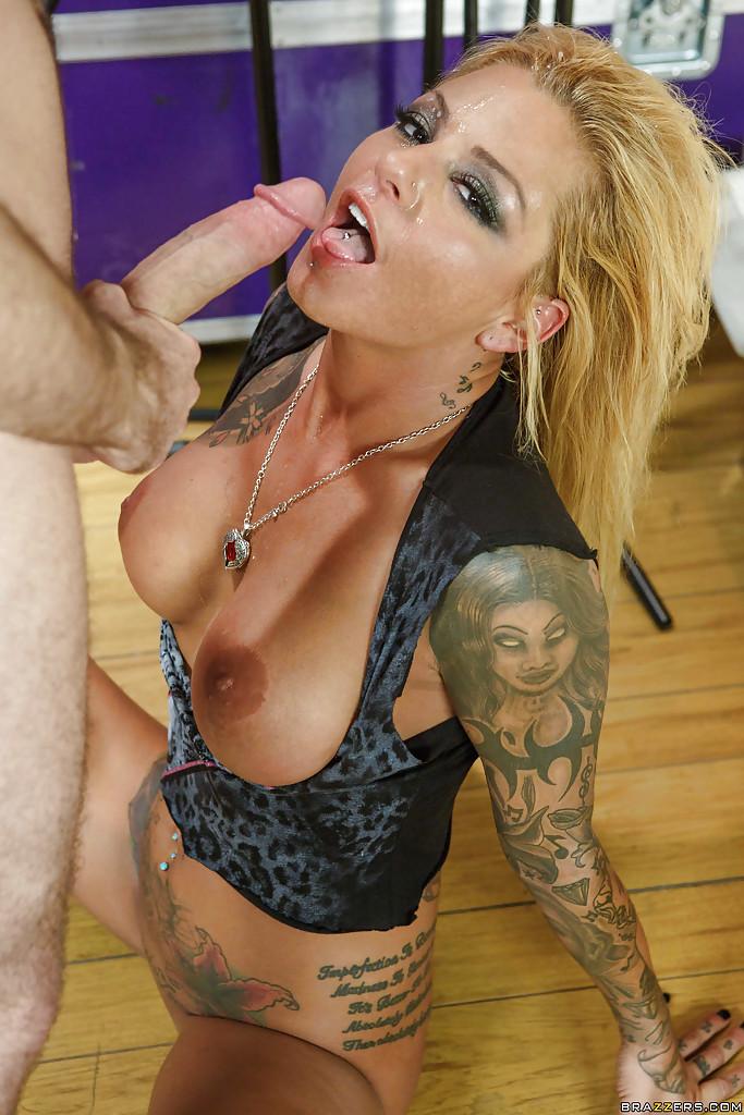 За кулисами парень долбит в анал блонду с татуированным телом