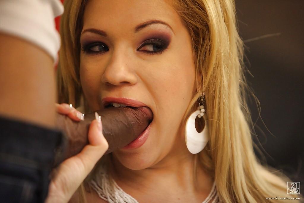 Блондинка совершает половой акт с нигером на его территории смотреть эротику