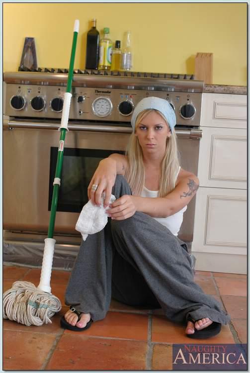 Лысый тип в домашних условиях ебет блондинистую домработницу в тугую письку секс фото