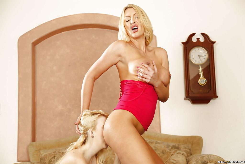 Пышногрудая мамаша шлифует языком письку Молодой блондинки