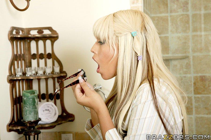В спальне загорелая блондинка впустила писюн в анус