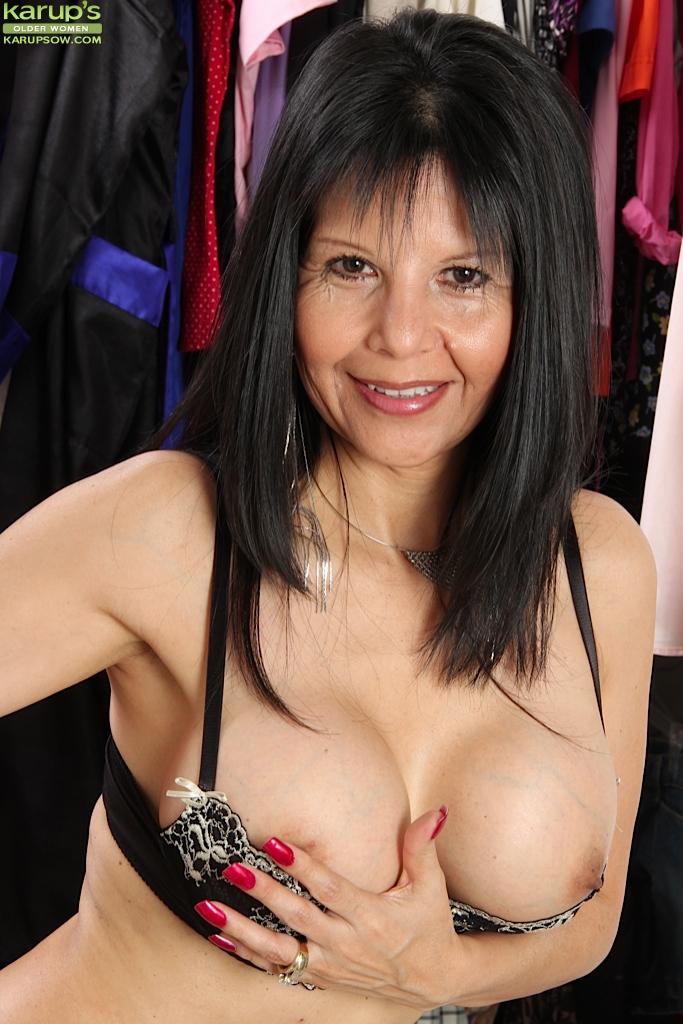 Темноволосая бабушка показала искусственную грудь и пизду в гардеробной