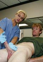 Медсестра в очках дрочит рыжему пациенту сидящему на кресле 10 фотография
