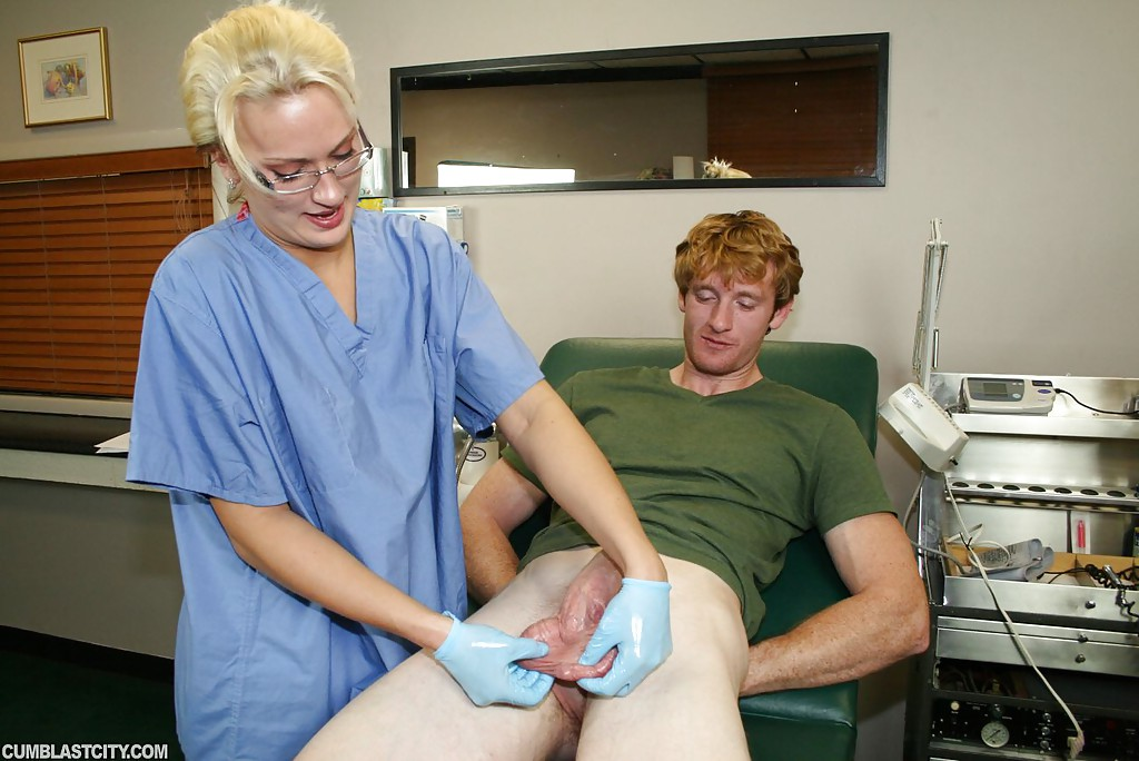 Медсестра в очках дрочит рыжему пациенту сидящему на кресле секс фото