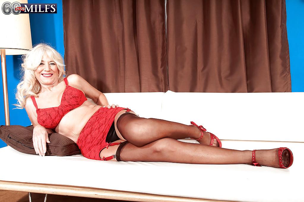 Бородатый парень на диване грешит с бабушкой в красном белье