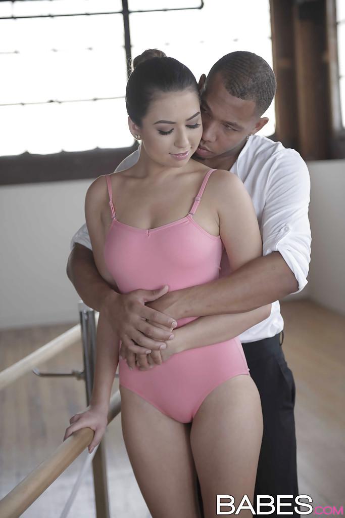 Мулат порет балерину крупным хером посреди студии