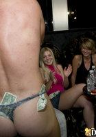 На девичнике пьяные телки по очереди отсасывают стриптизеру 3 фотография