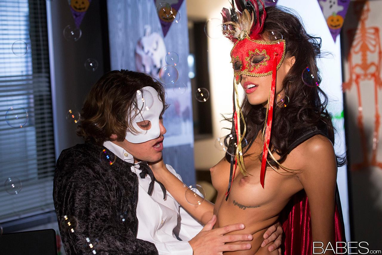Мужик трахает пилотку шатенки в маске после карнавала