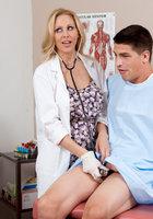 Пациент страстно жарит в киску взрослую медсестру в кабинете 2 фотография
