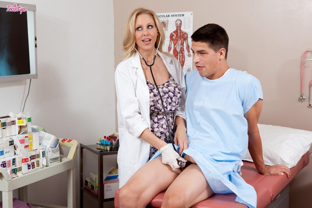 Пациент эротично трахает во влагалище возрастную врачиху в офисе