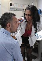 Пациент долбит в анал взрослую медсестру в своей палате 1 фотография