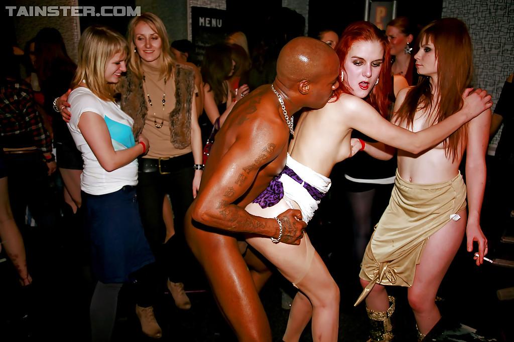 Пьяные давалки занимаются групповым сексом на развратной вечеринке