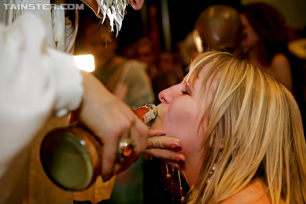 Пьяные бляди занимаются групповым интимом на горячей вечеринке