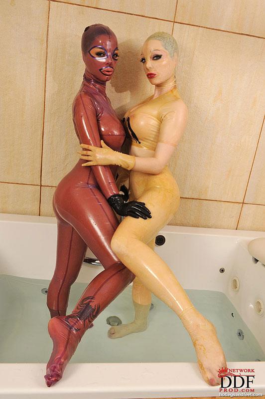 Фетишистки в латексных костюмах и масках вместе купаются в ванне