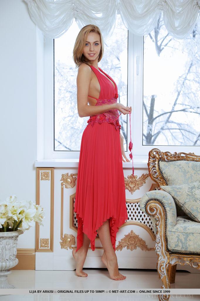 Голубоглазая блядь в шикарном платье бахвалится вульвой в номерах