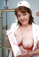 Взрослая медсестра играет с самотыком и светит небритой вагиной 5 фотография