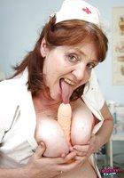 Взрослая медсестра играет с самотыком и светит небритой вагиной 6 фотография